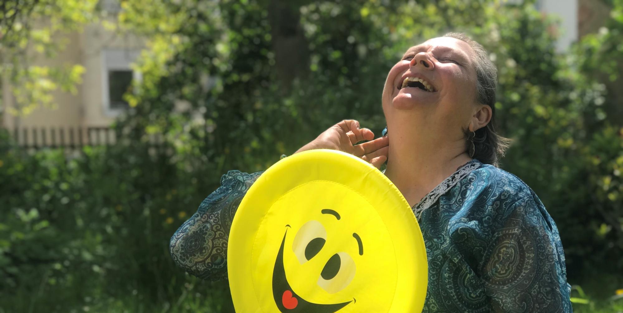 Kerstin lacht mit Smiley